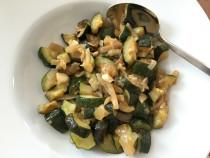 Penne mit geratenen Zucchini-Würfeln