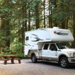 Truck Camper auf Campsite im Goldstream Provincial Park, Kanada