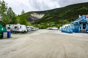 Fahrbahn auf dem Goldrush Campground in Dawson City