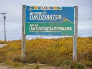 Tafel am Ortseingang von Tuktoyaktuk, Northwest Territories