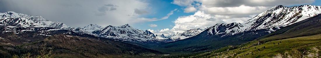 Ein Bergpanorama im Yukon, am Rande des Dempster Highways, einer sehr beliebten Route für Wohnmobilreisen in Kanada.