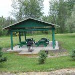 Pavillon (Gazebo) mit Tischen und BBQ