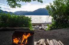 Auf dem Campground ein Feuer anzünden und auf die See schauen