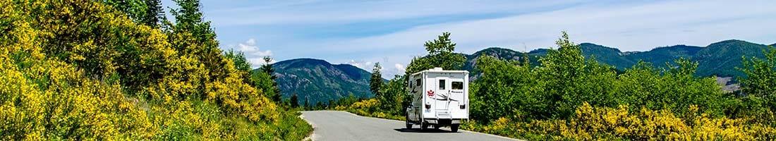 Urlaub mit dem Wohnmobil in Kanada. Auf dem Bild ein Wohnmobil auf einer Straße auf Vancouver Island im Westen von Kanada.